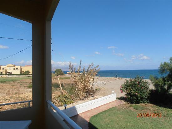 Ma-tzi Apartments: Utsikt över stranden från rummet