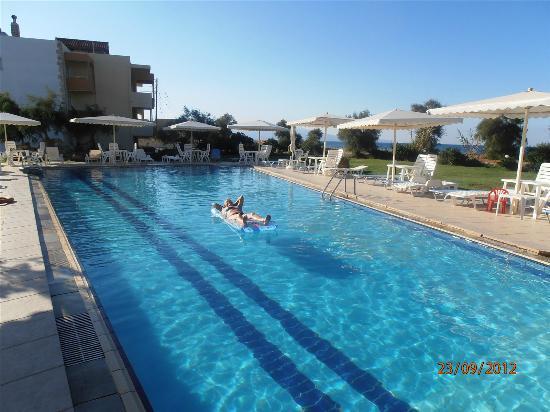 Ma-tzi Apartments: Pool område