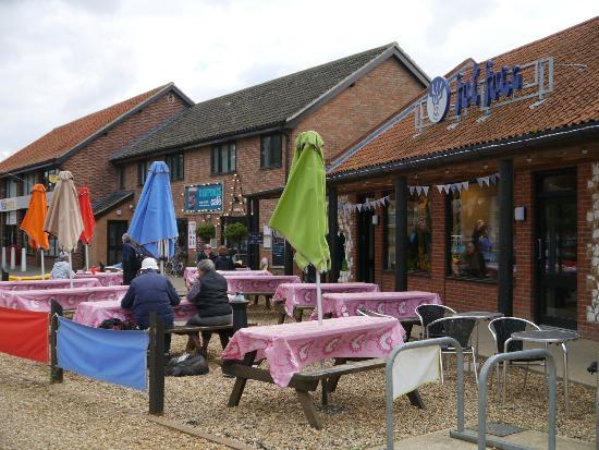 Deepdale Cafe: Lovely colourful outdoor seating