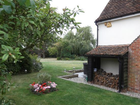 The Cottage at Phoenix House Bed and Breakfast: view of garden