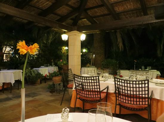 Petit Hotel Ses Rotges: Garden dining