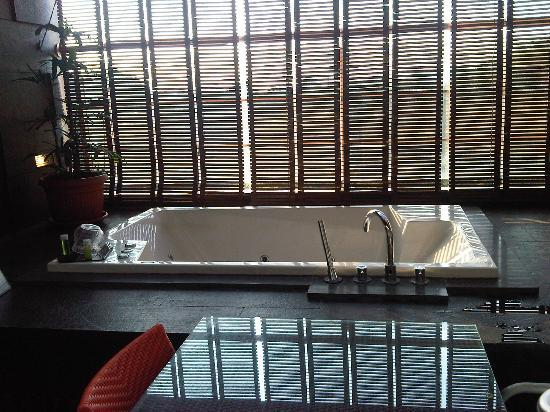 The Luxton Bandung: tub in balcony