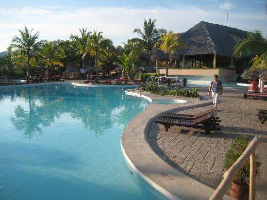 Paradisus Rio de Oro Resort & Spa: Pool and swim up bar