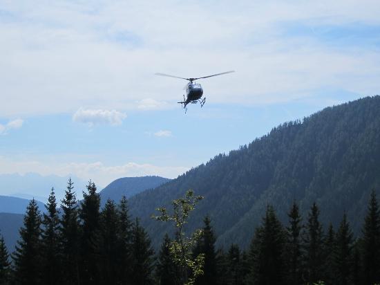 Hotel Auener Hof : Hubschrauber fliegt Gäste ein.