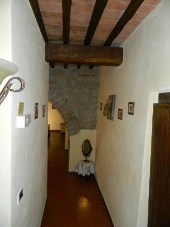 Agriturismo La Fonte: The hallway down to the bedrooms