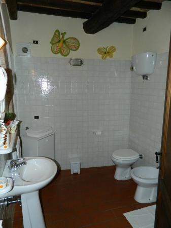 Agriturismo La Fonte: The spacious bathroom