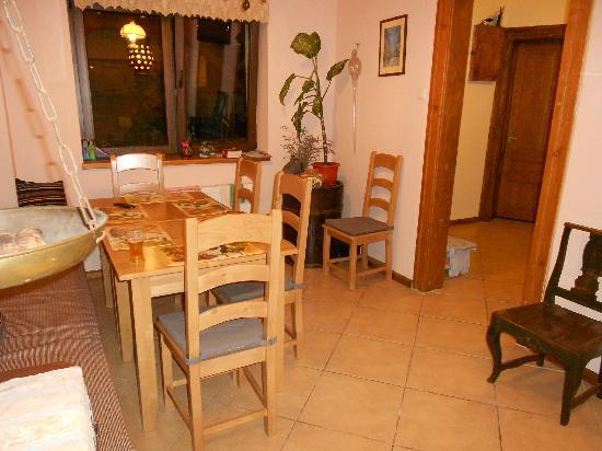 Guesthouse La Despani: Shared Kitchen and Dining Area