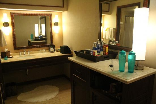 Hyatt Regency Maui Resort and Spa: Restroom area for Oceanview room