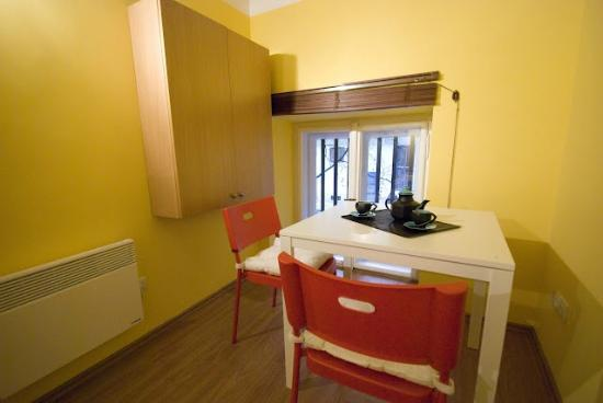 Bell Hostel & Apartments: Charming apartment- dining area