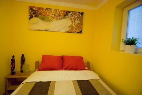 Bell Hostel & Apartments: Charming apartment- bedroom