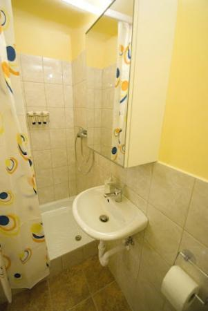 Bell Hostel & Apartments: Charming apartment- small bathroom