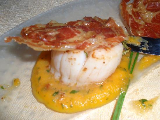 Ristorante Sostaga: Scallops on a bed of carrot puree with crispy panchetta