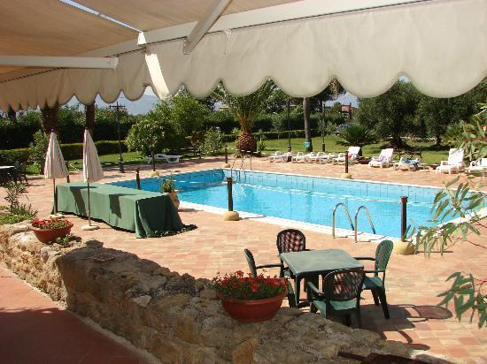 Baglio Carta: veduta della piscina dal ristorante