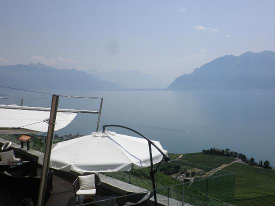 Restaurant & Bar Lounge - Le Deck - Hotel  & Spa du Baron Tavernier: View from the Bar for Reman Lake