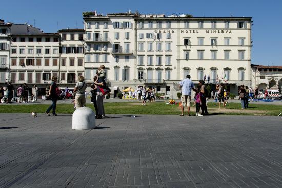 جراند هوتل مينيرفا: The hotel, view from square 