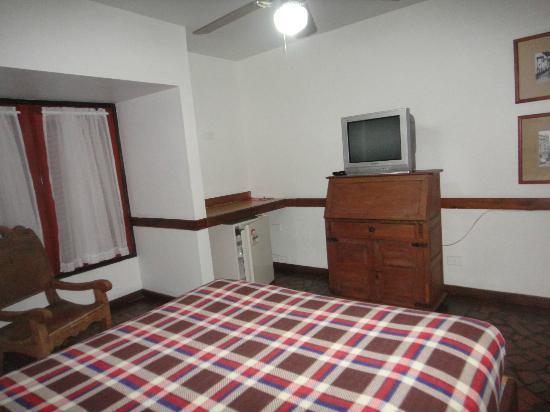 Hotel Neuchatel Cali: Esta es otra hab con cama doble, aunq el televisor es chico tiene buena calidad