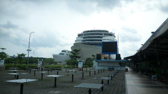 Pacific Palace Hotel: The hotel is built like a cruise ship