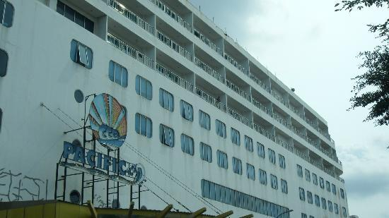 Pacific Palace Hotel: Exterior of hotel looks exactly like a cruise hip