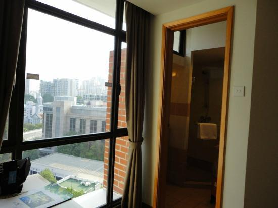 Fort Canning Lodge: Bathroom was by the window