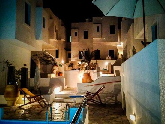 Oia's Sunset Apartments: Night view of the Hotel