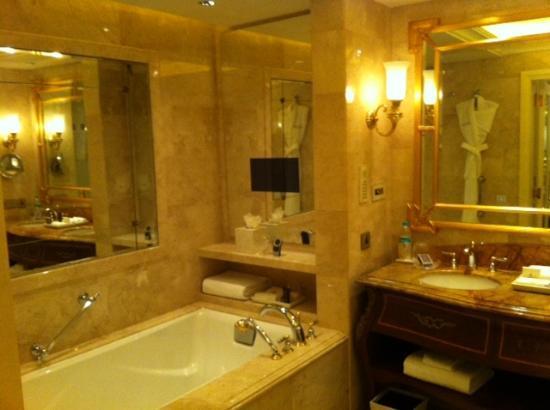 The Leela Palace New Delhi: bathroom rm 932 