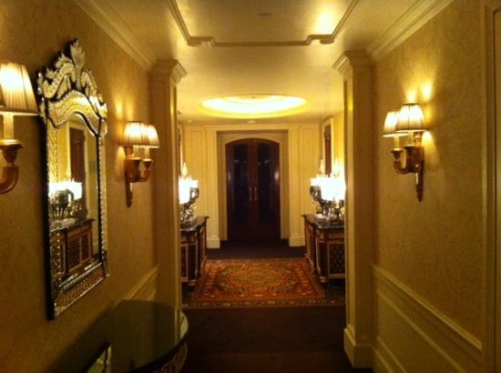 The Leela Palace New Delhi: corridor club-floor