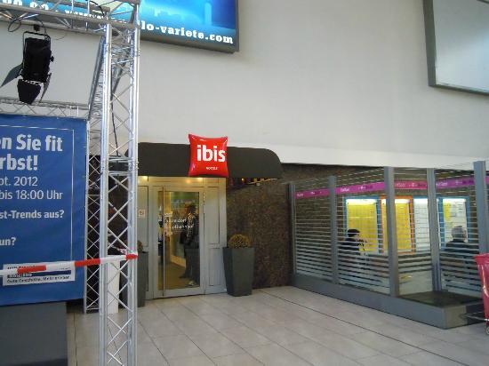 Ibis Duesseldorf Hauptbahnhof: 駅からの出入口