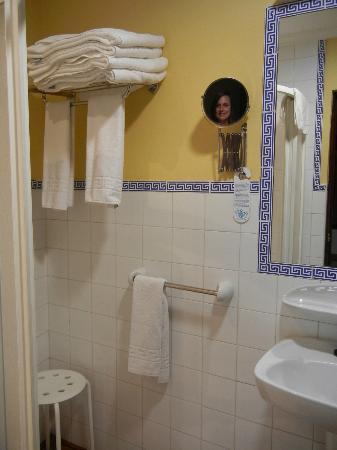 Hotel Abanico Sevilla: Clean, large bathroom