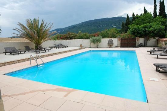 Hotellerie du Chateau de Floure : Piscine vue sur la montagne Alaric - Swimming pool overlooking Alaric moutain