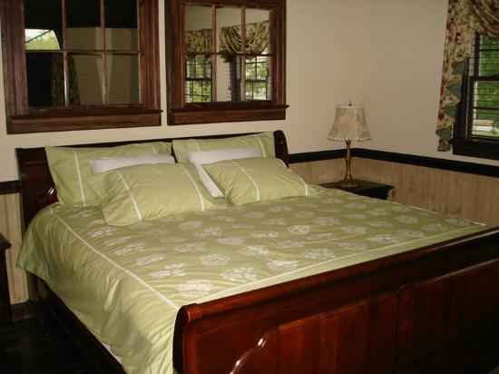 Le Bleu Ridge Bed and Breakfast: King bed in the Cottage
