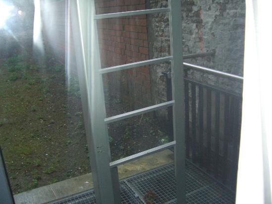 Aryen Residence: Eso estaba al ladito de la habitación, se colaban el frío y la humedad