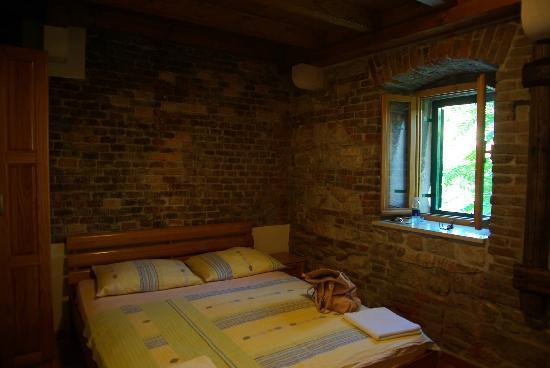 Camera con muri in pietra   foto di dalmatian villas, spalato ...