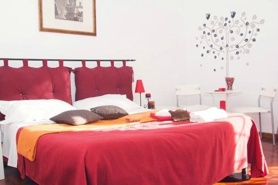 B&B Casamilla: camera rosso e arancio