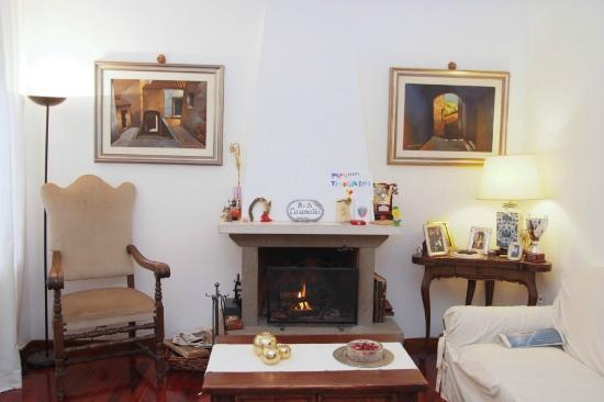 B&B Casamilla: soggiorno con camino e sala lettura
