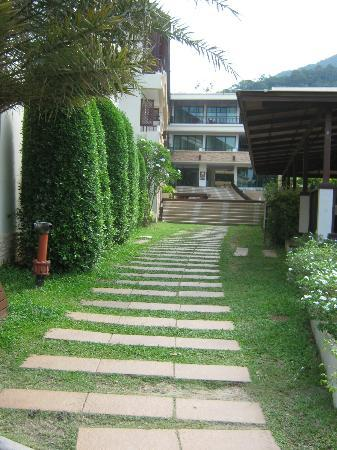 Kacha Resort & Spa, Koh Chang: Hilside walk outside through
