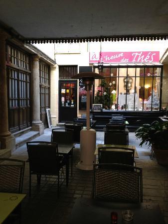 A L'heure des Thes : La terrasse à l'abri dans la cour de l'hôtel particulier