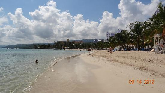 ClubHotel Riu Ocho Rios: the picture doesnt capture it right but it was amaaazing n color changes everyday of the water