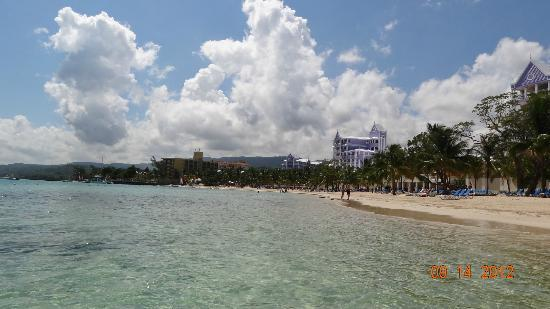 ClubHotel Riu Ocho Rios: beachhhhhh dont let the pic fool u water was nice n greeeeen n deep blue