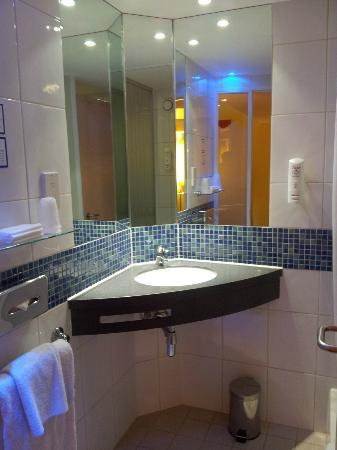 Holiday Inn Express London-Swiss Cottage: Bathroom