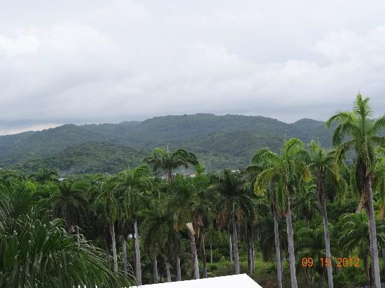 ClubHotel Riu Ocho Rios: view from our room lobby the mountains loved it