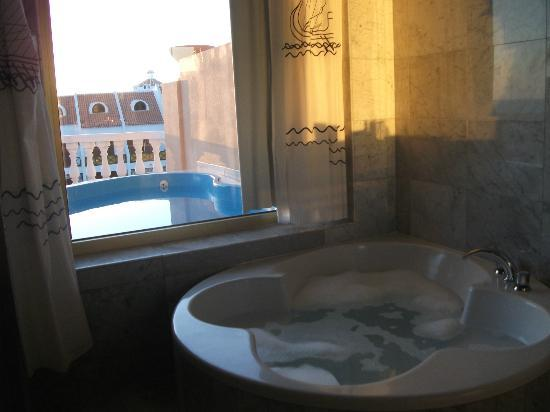 Cleopatra Palace Hotel: romantic circular bath for two