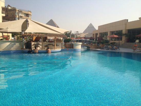 Le Meridien Pyramids Hotel & Spa: Of the pool, bar and view.