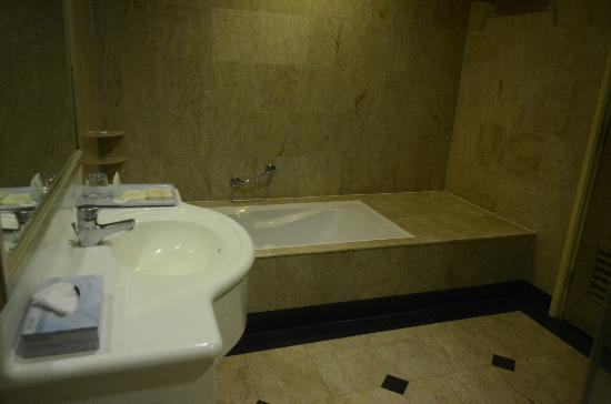 M.S. Garden Hotel Kuantan: Bathroom