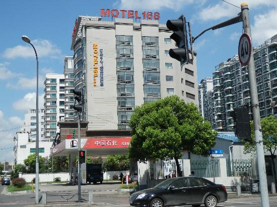 Motel 168 Shanghai Tianshan Road: ホテル外観