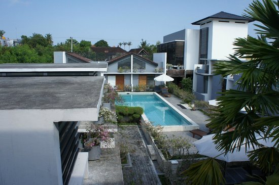 The Harmony Seminyak: Pool view from room corridor