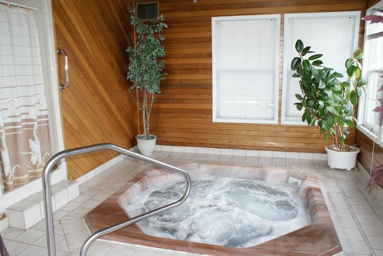 The Ranchland Inn: 8 seated Hot tub/whirlpool