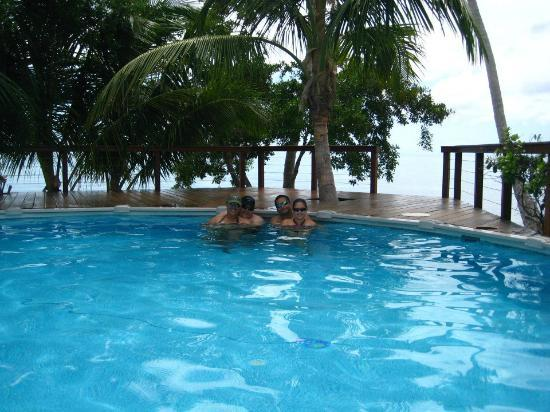 Hatchet Caye Resort: POOOOL