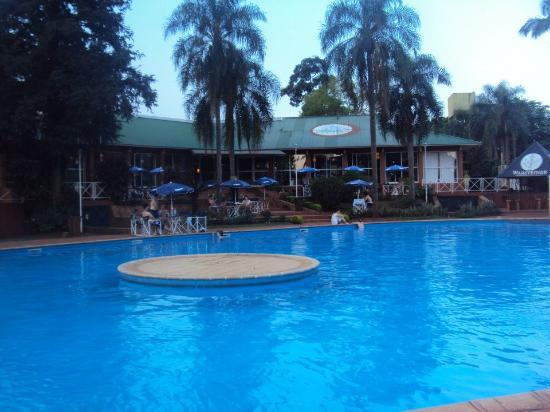 Hostel Inn Iguazu: pileta del hostel. INCREIBLE