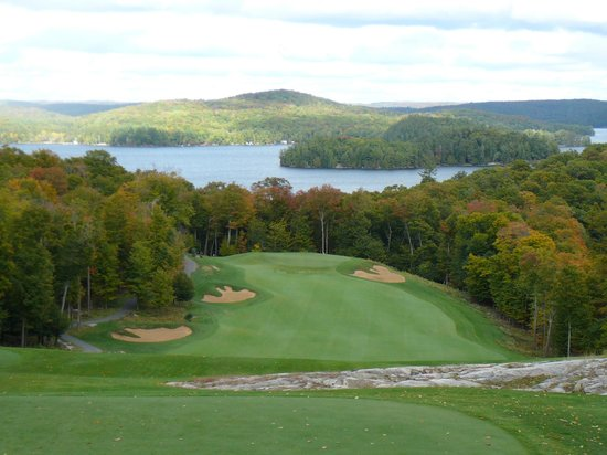Baysville, Canadá: Stunning views of the island on every tee block