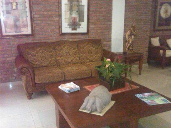 Apart-Hotel Plaza Colonial: Mueble de la recepecion del hotel